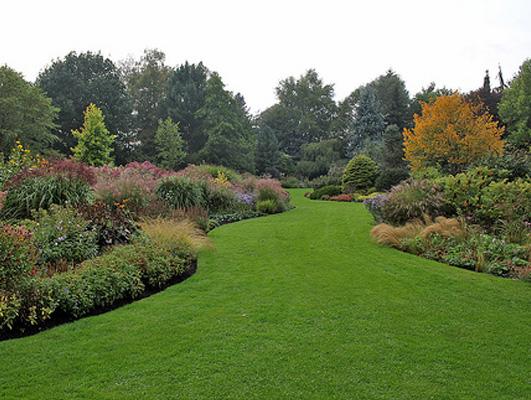 En have hvor der også indgår stedsegrønne vil ofte give flere årtidsoplevelser til haven
